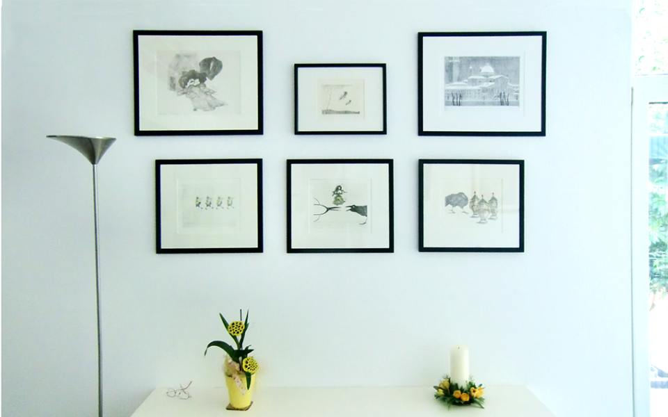 gerahmte Bilder an der Wand